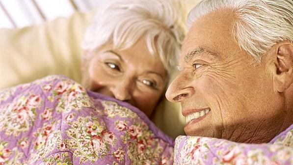 Casal-de-idosos-na-cama-size-598