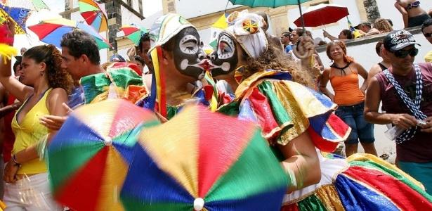 28jan2015-casal-fantasiado-se-beija-durante-desfile-do-bloco-bacalhau-do-batata-em-olinda-pe-1422471271100_615x300